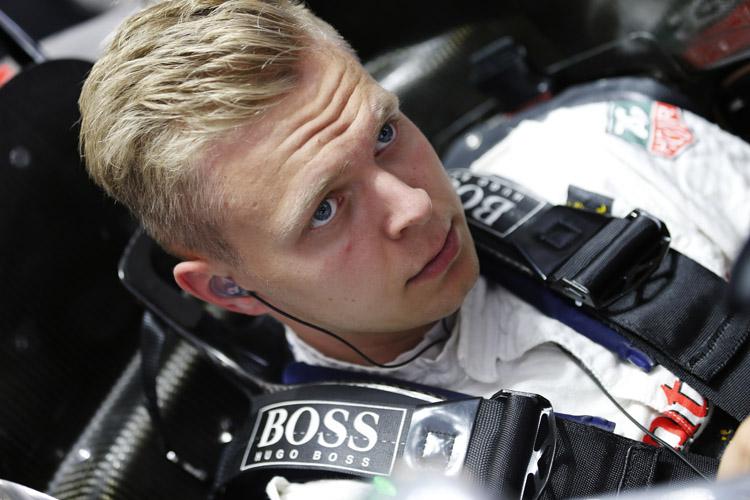 Magnussen 2014 McLaren garage.jpg