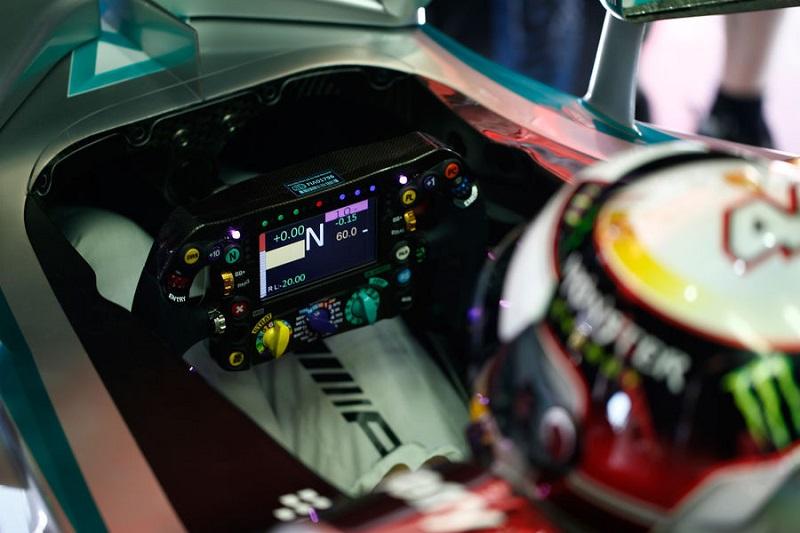 Mercedes Cockpit.jpg