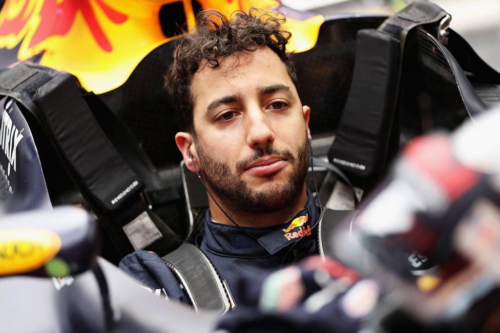 Ricciardo engine.jpg